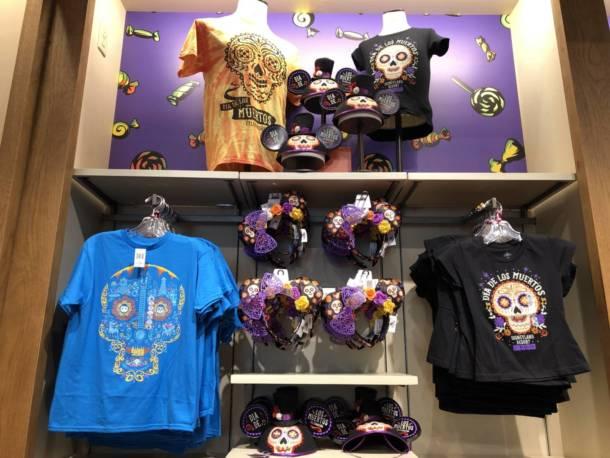 """Les marchandises de Halloween de Disneyland, Shopping, deviennent effrayantes comme marchandises de Halloween Hits Disneyland """"width ="""" 610 """"height ="""" 458 """"/> <br /> Quand je pense à All Hallow's Eve, mon esprit est rempli d'images de fantômes effrayants, de citrouilles géantes et de seaux remplis de bonbons. Heureusement, c'est un phénomène courant pour Ceux qui aiment les vacances: ces icônes classiques de l'Halloween font également leur apparition sur de nombreux articles autour du Disneyland Resort. <br /> Ce coussin de Fantom Mickey est brodé dans le dos. Une fête dans le royaume magique de Walt Disney World reconnaîtra le titre du défilé d'Halloween. <br /> <img data-attachment-id="""